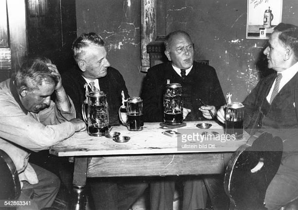 Männer am Stammtisch beim Bier um 1932