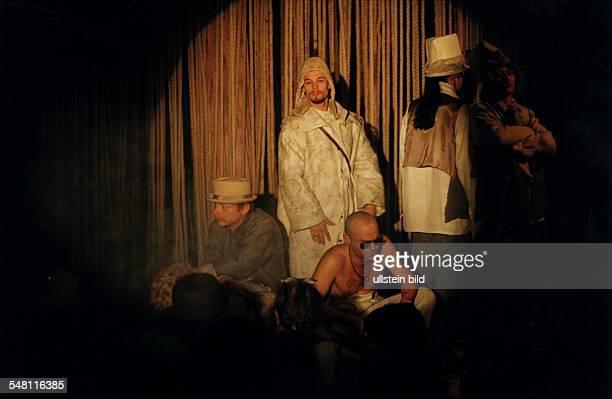 COL Männer Avantgarde Modenschau Siegfrieds Lust in der Bar jeder Vernunft Modelgruppe mit dem Schauspieler Otto Sander und dem Aktionskünstler Flatz...
