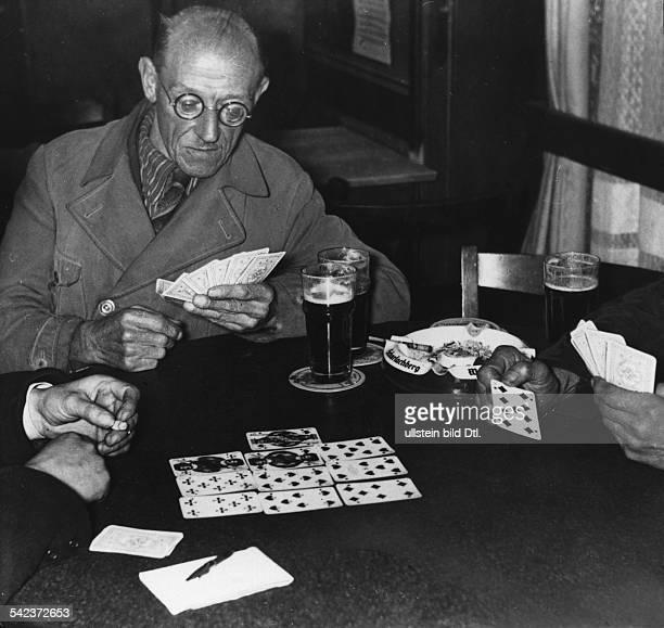 Männer beim Kartenspielen in einem Lokal 1942