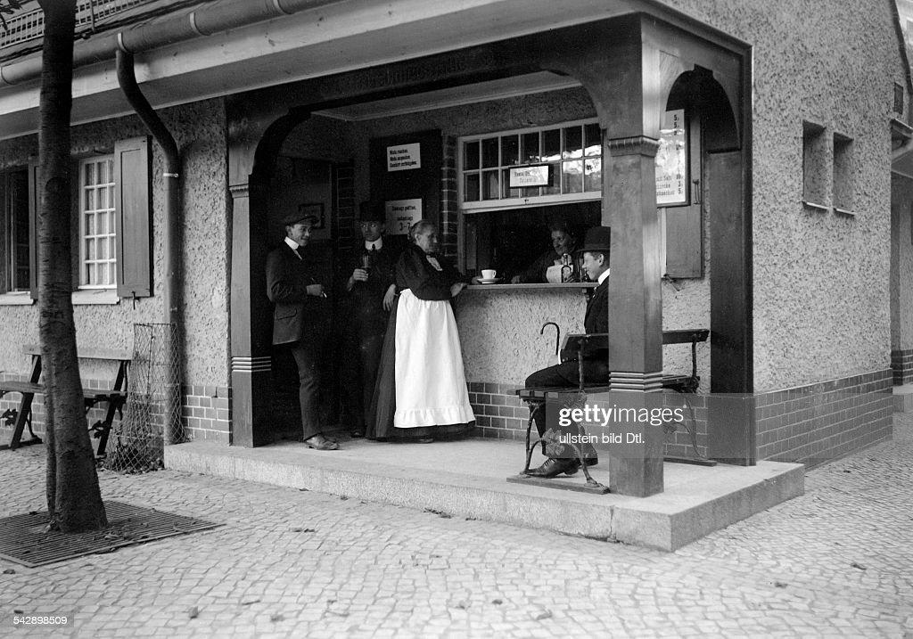 Erfrischungshalle Berlin Steglitz, um 1910 : News Photo