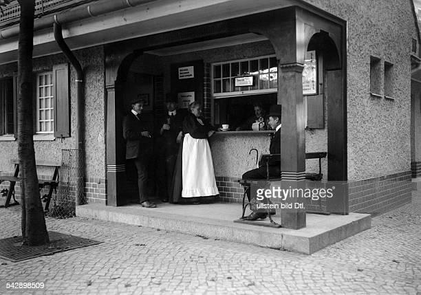 Männer trinken Bier in einer Erfrischungshalle in BerlinSteglitz undatiert vermutlich um 1910Foto Conrad HünichFoto ist Teil einer Serie