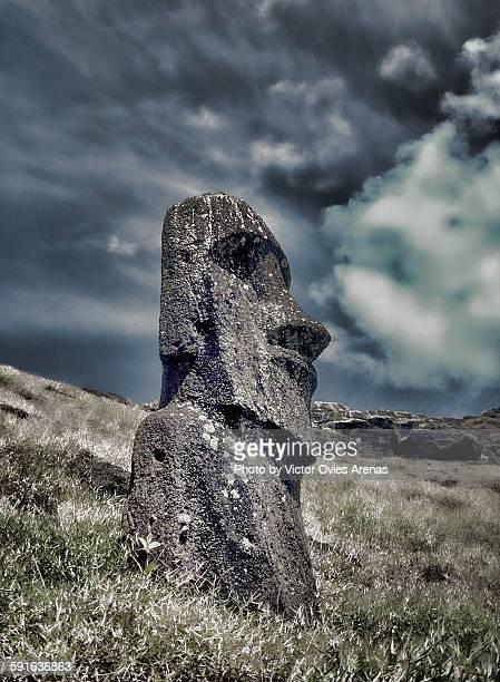 moai near raraku volcano - victor ovies fotografías e imágenes de stock