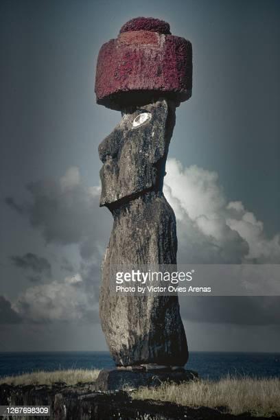 moai (monolithic human figure) on easter island - victor ovies fotografías e imágenes de stock