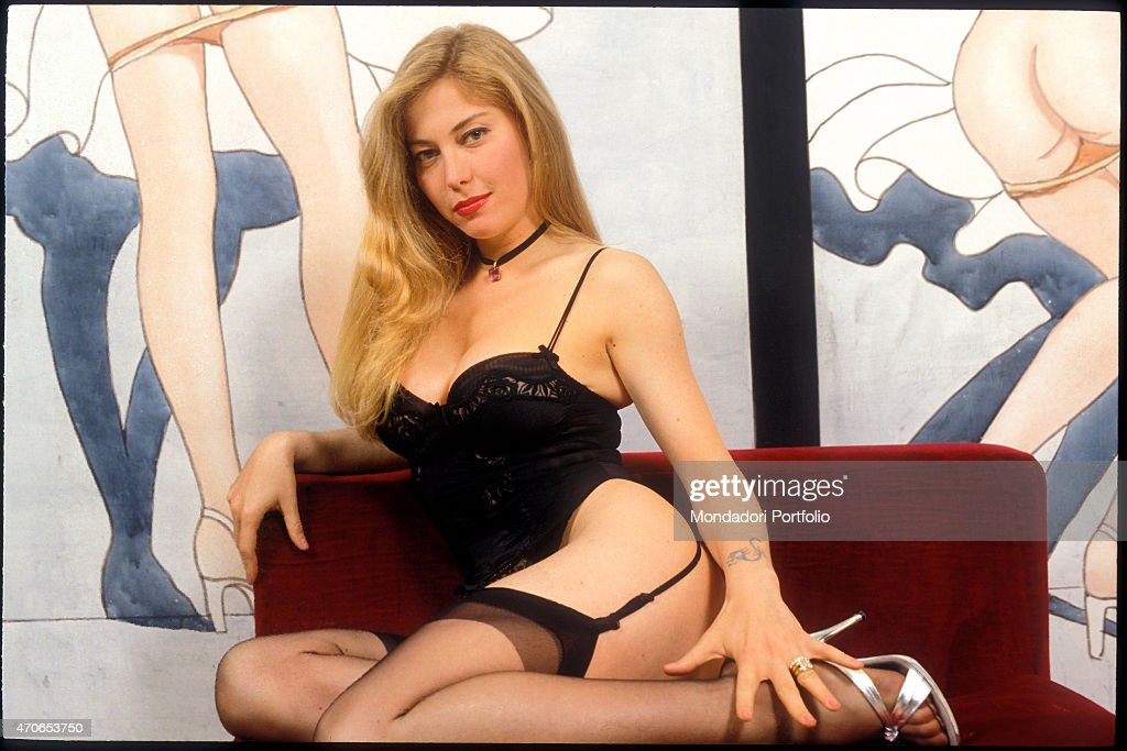 39 moana pozzi in lingerie and suspenders posing against the painted foto di attualit getty - Dirette diva futura ...