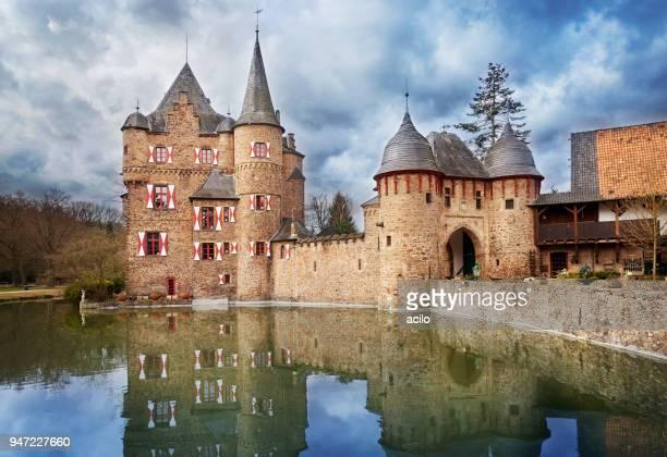 wasserburg satzvey, deutschland - castle stock-fotos und bilder