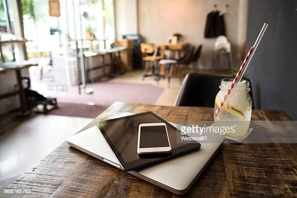mobile devices on table in a cafe - fokus auf den vordergrund stock-fotos und bilder