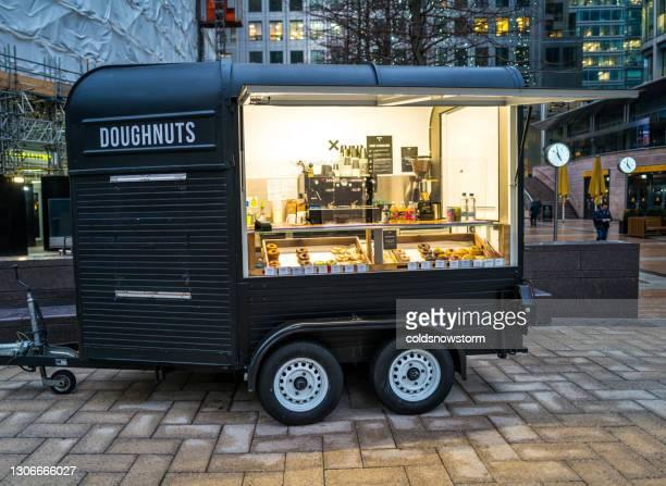 市内のモバイルドーナツとコーヒーキオスク - 期間限定ショップ ストックフォトと画像