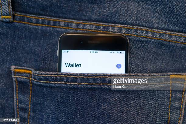 mobile pay - apple pay mobile payment stock pictures, royalty-free photos & images