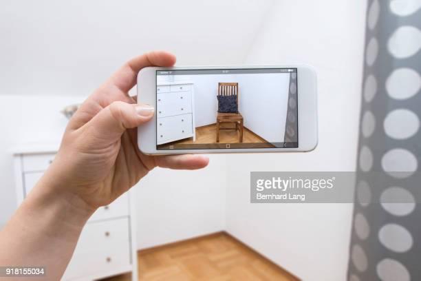mobile phone displaying chair in room - erweiterte realität stock-fotos und bilder