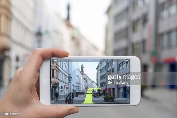 mobile phone displaying gps direction - erweiterte realität stock-fotos und bilder