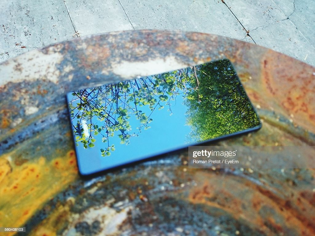 Mobile Phone On Rusty Metal : ストックフォト