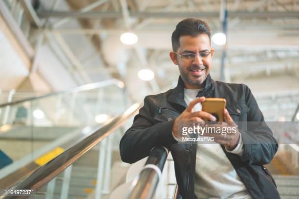 handy online-shopping - wachsamkeit stock-fotos und bilder