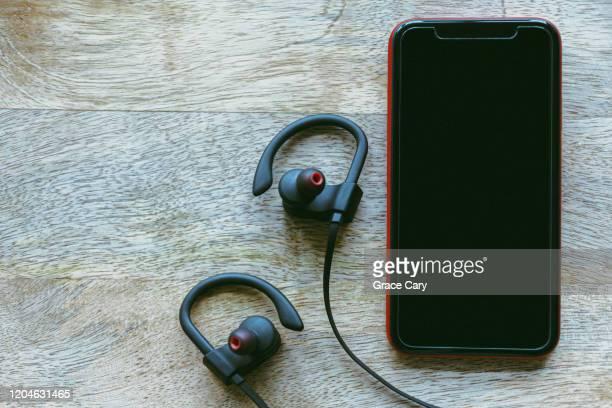 mobile phone with coordinating bluetooth headphones - ブルートゥース ストックフォトと画像