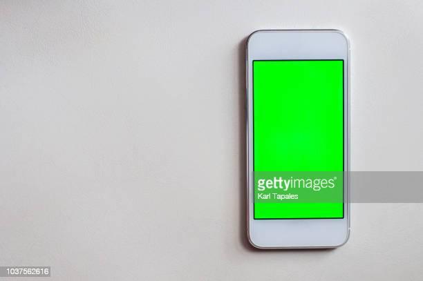mobile phone with green screen - chroma key foto e immagini stock