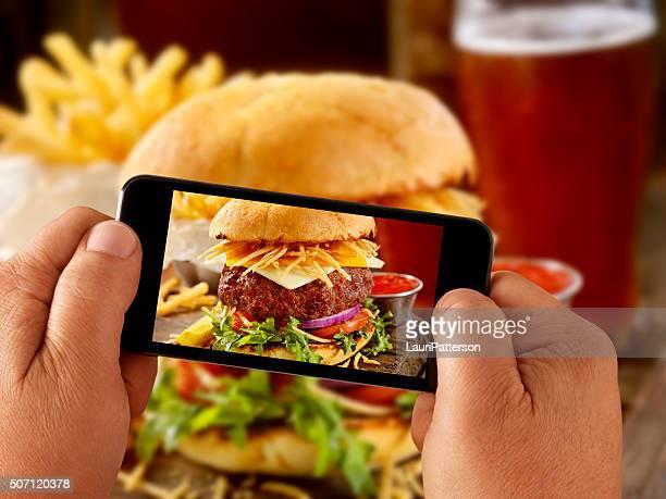 モバイル写真のグルメハンバーガー、フライドポテト、ビール
