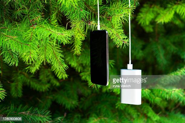 mobile smart phone charging wirelessly by sharing battery via device picture