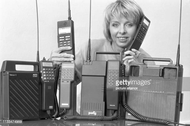 Mobile Telefone sollen bis zur Jahrtausendwende der große Renner werden, wie hier einige Geräte am in Hamburg. Zu dem Boom sollen das von der Post...