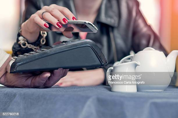 mobile/contactless payment - finance and economy stock pictures, royalty-free photos & images