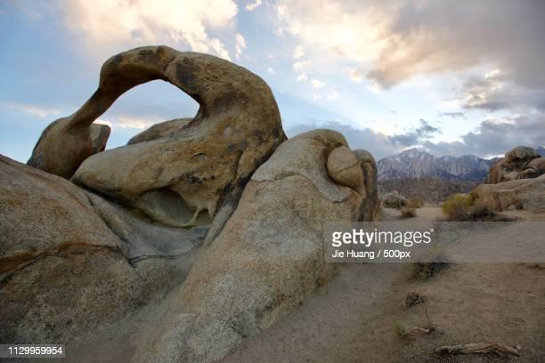 mobius arch - poulnabrone dolmen photos et images de collection