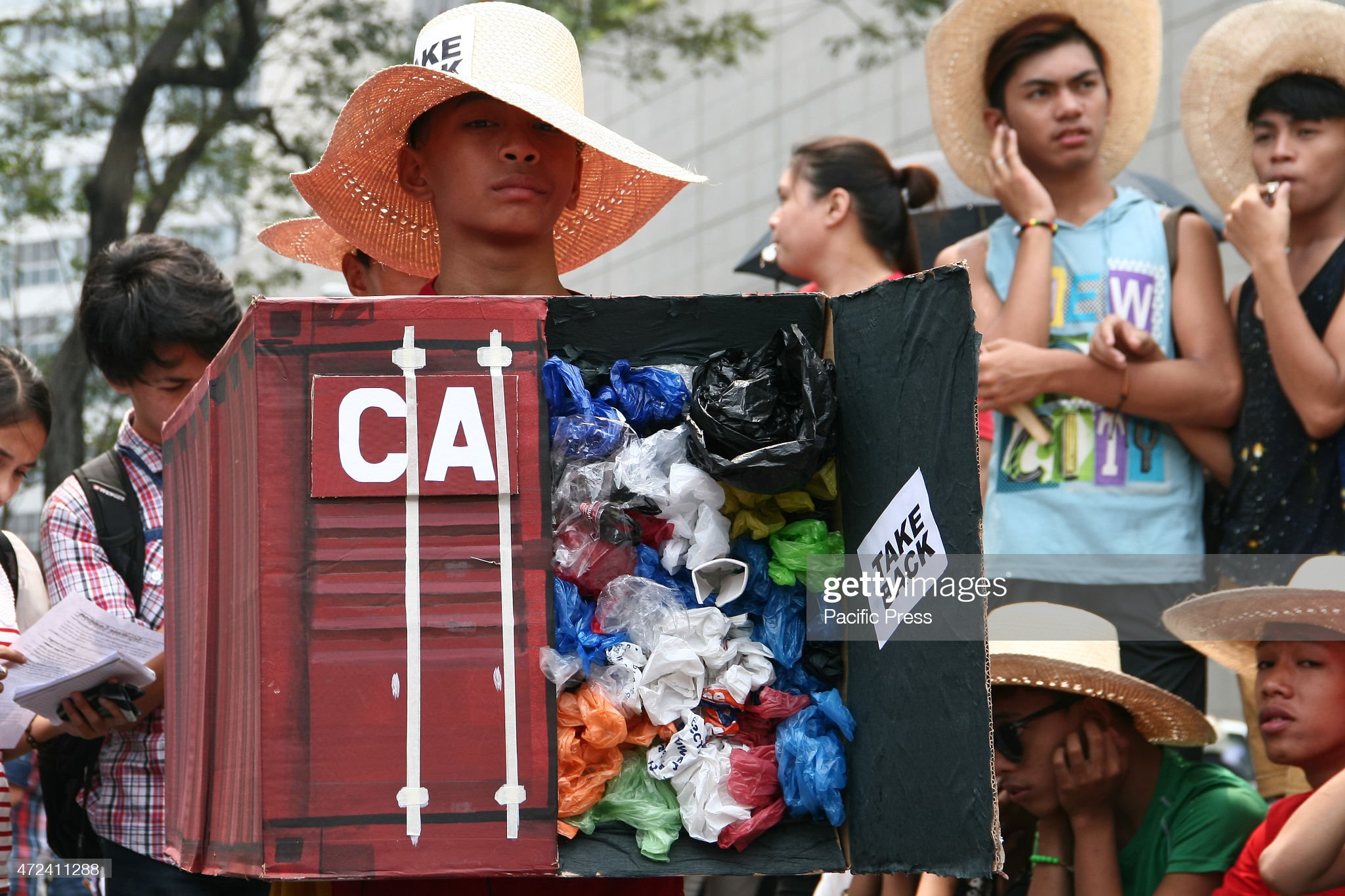 A mock container van carried by members of EcoWaste... : ニュース写真