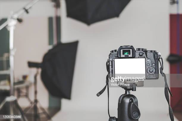 mock up of a professional camera, in a photo studio, against the background of softbox light sources. - fotosessie stockfoto's en -beelden
