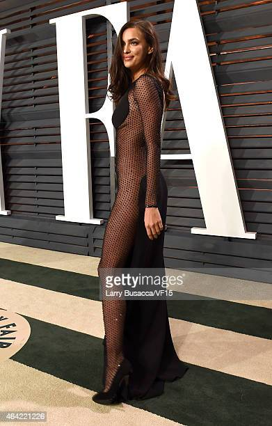 Mode lIrina Shayk attends the 2015 Vanity Fair Oscar Party hosted by Graydon Carter at the Wallis Annenberg Center for the Performing Arts on...