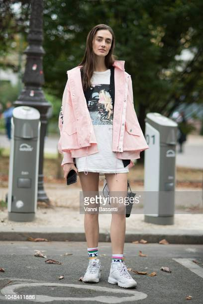 Model Amanda Googe poses after the Chanel show at the Grand Palais during Paris Fashion Week SS19 Womenswear on October 2 2018 in Paris France