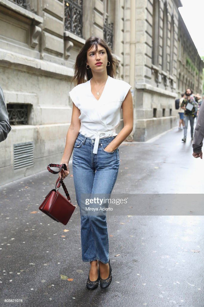 Street Style - Paris Fashion Week - Haute Couture Fall/Winter 2017-2018 : Day one : News Photo