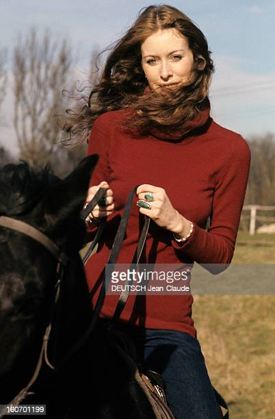 Model And Photographer Rory Flynn Poses In Studio And Outdoor En février 1972 le mannequin et photographe Rory FLYNN portant un pull rouge monte un...