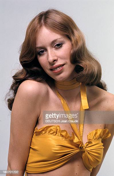 Model And Photographer Rory Flynn Poses In Studio And Outdoor En février 1972 le mannequin et photographe Rory FLYNN pose en studio vêtue d'un...