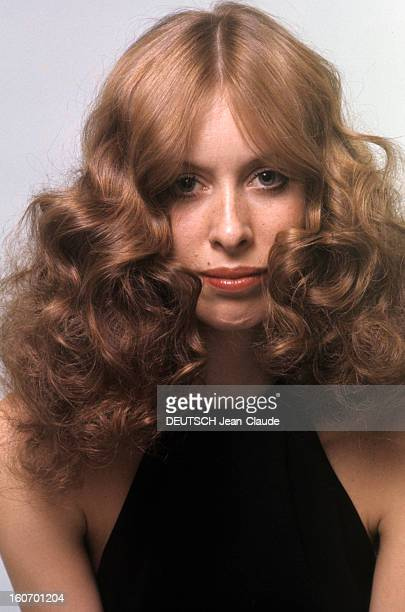 Model And Photographer Rory Flynn Poses In Studio And Outdoor En février 1972 le mannequin et photographe Rory FLYNN pose en studio vêtue d'un haut...