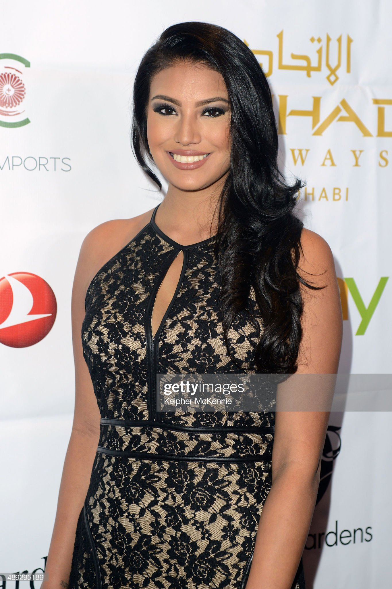 ¿Cuánto mide Ashley Callingbull (Burnham)? - Real height Model-ashley-burnham-attends-face-forwards-6th-annual-charity-gala-at-picture-id489295186?s=2048x2048