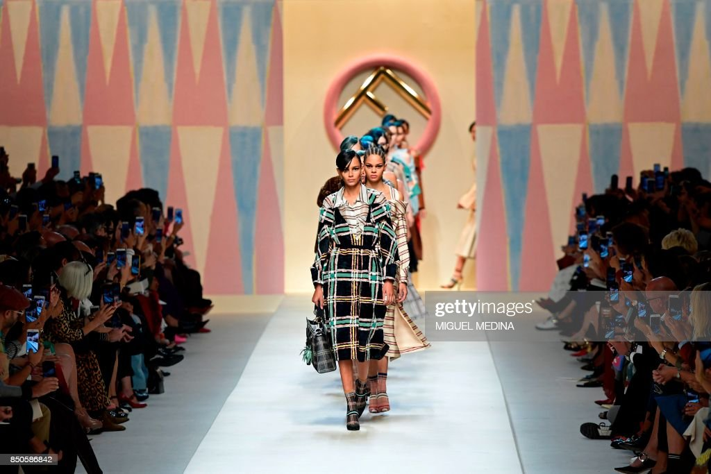 Model Binx Walton presents a creation for fashion house Fendi during the Women's Spring/Summer 2018 fashion shows in Milan, on September 21, 2017. / AFP PHOTO / Miguel MEDINA