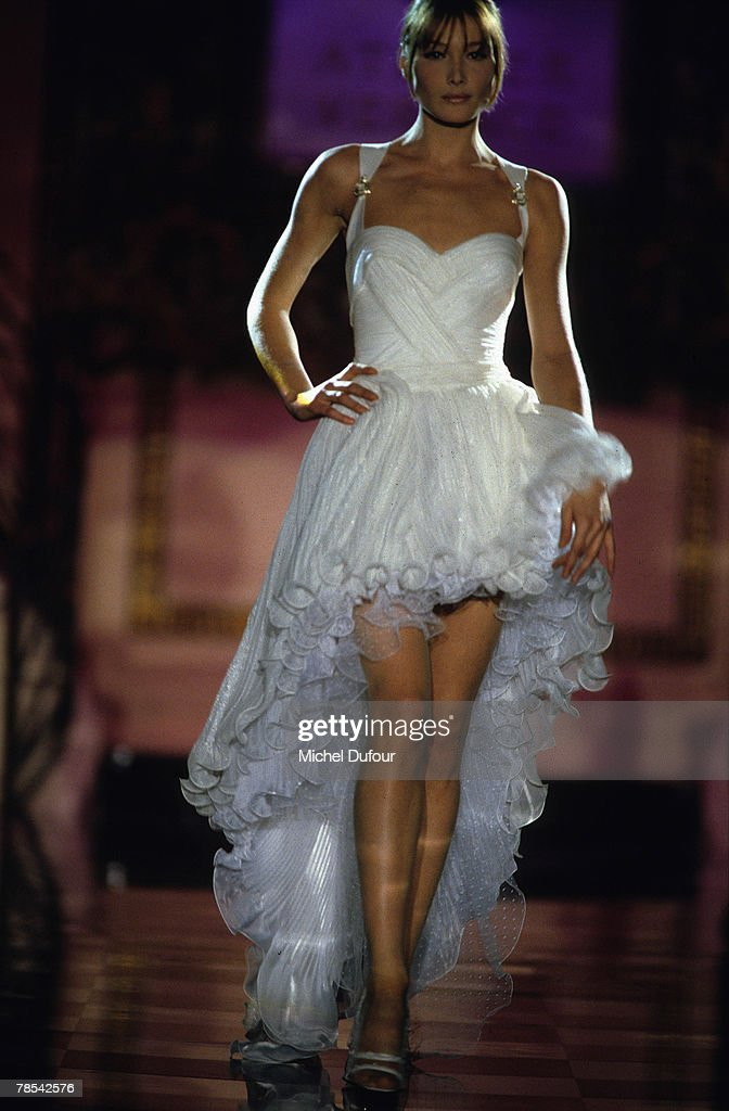 Paris Model Carla Bruni Walks The Catwalk At A Versace High Fashion News Photo Getty Images