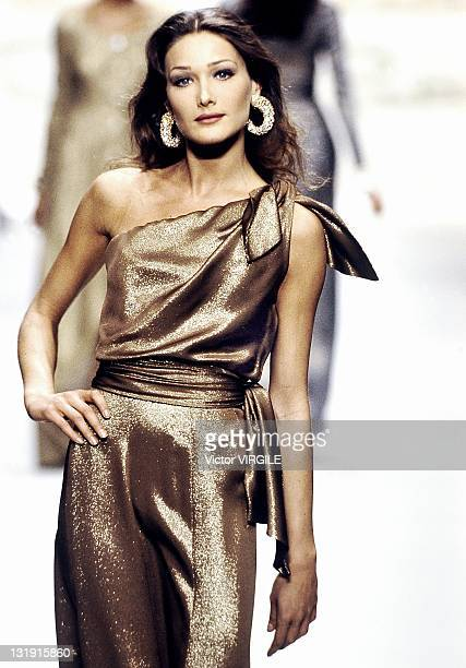 Model Carla BruniSarkozy walks the runway during the Oscar de la Renta Ready to Wear Fall Winter 1992 1993 show as part of the Paris Fashion Week on...
