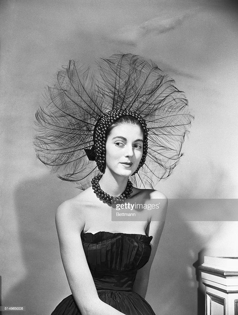 Woman Wears Peacock-Like Headdress : News Photo