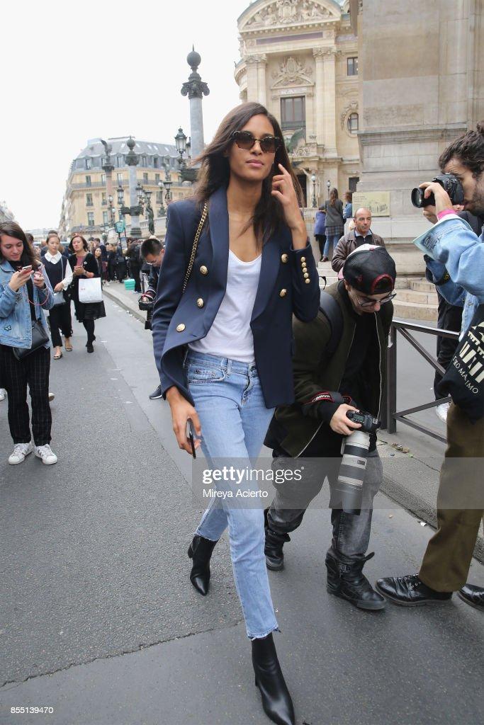 Balmain : Outside Arrivals - Paris Fashion Week Womenswear Spring/Summer 2018 : News Photo