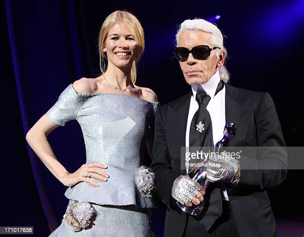 Model Claudia Schiffer Und Karl Lagerfeld Bei Der Verleihung Des Elle Fashion Star Im Tempodrom Am Rande Der Mercedes Benz Fashionweek In Berlin Am...