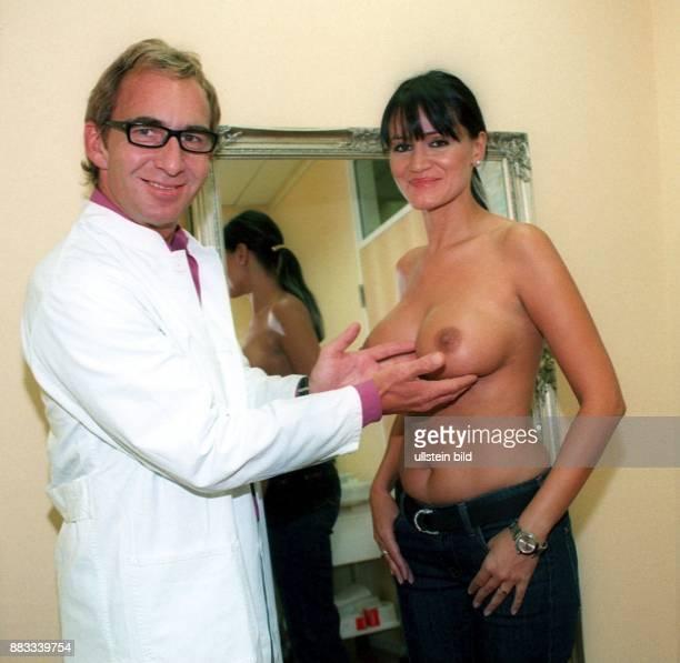 Model D Schönheitschirurg Dr Thomas Lorentzen betrachtet die Brüste von Djamila Rowe
