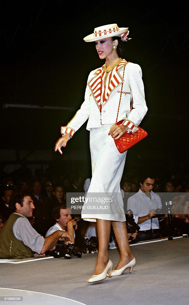 A model displays 18 October 1983 in Paris a white : News Photo