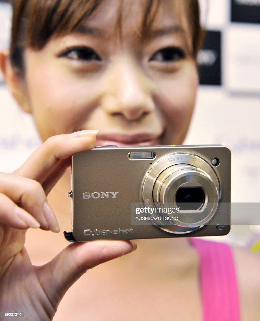 A model displays Japanese electronics gi : News Photo