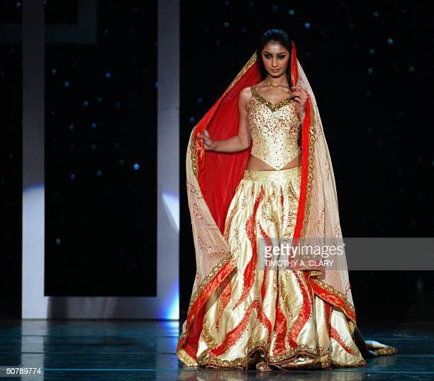 A model displays part of the collection of Alia Khan during the 2004 Bollywood Fashion Awards at the Trump Taj Mahal 30 April 2004 in Atlantic City...