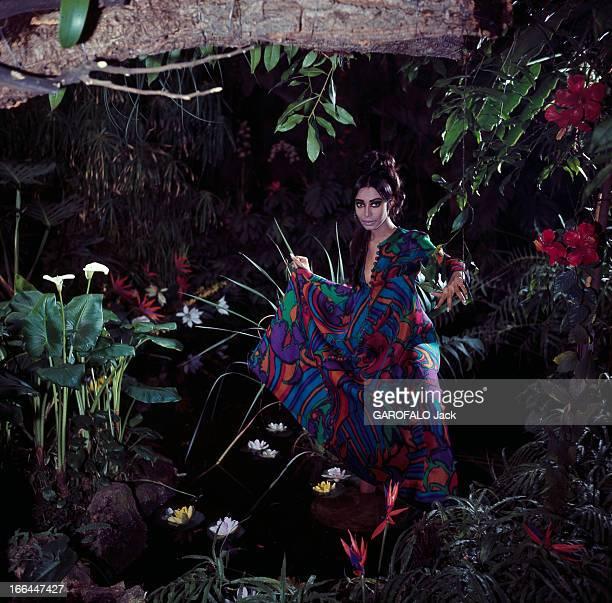 Model Donyale Luna Presents Summer 1966 Fashion Paris février 1966 Dans une serre du Jardin des Plantes le mannequin femme Donyale LUNA lors d'une...