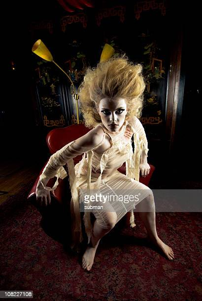 Modelo vestido como mamá levantarse de la silla