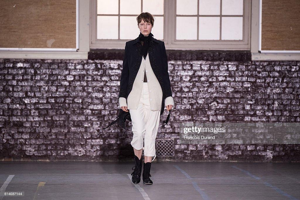 John Galliano : Runway - Paris Fashion Week Womenswear Fall/Winter 2016/2017