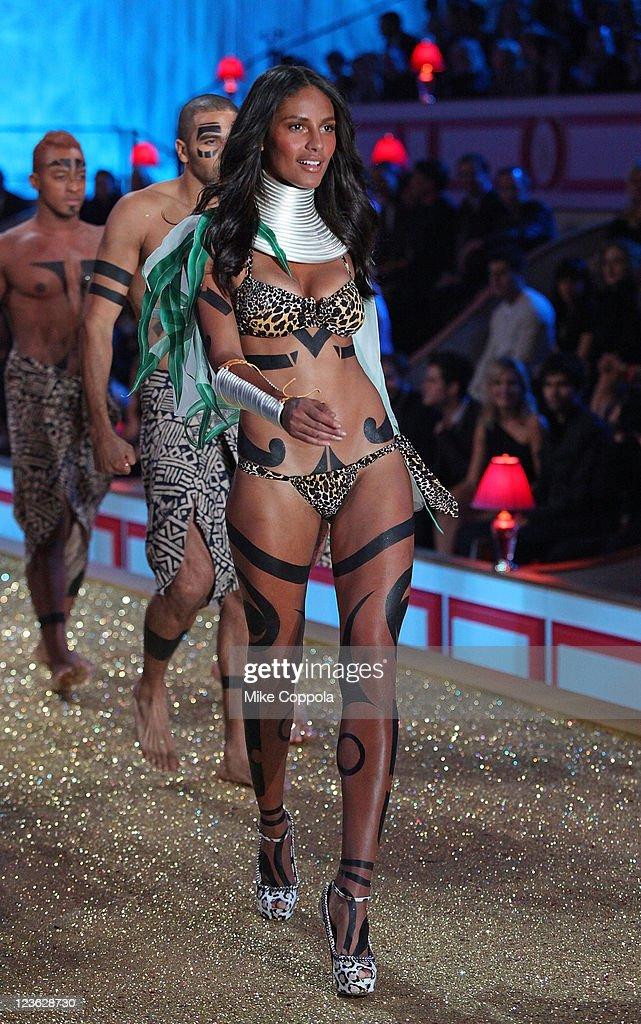 2010 Victoria's Secret Fashion Show - Runway : News Photo