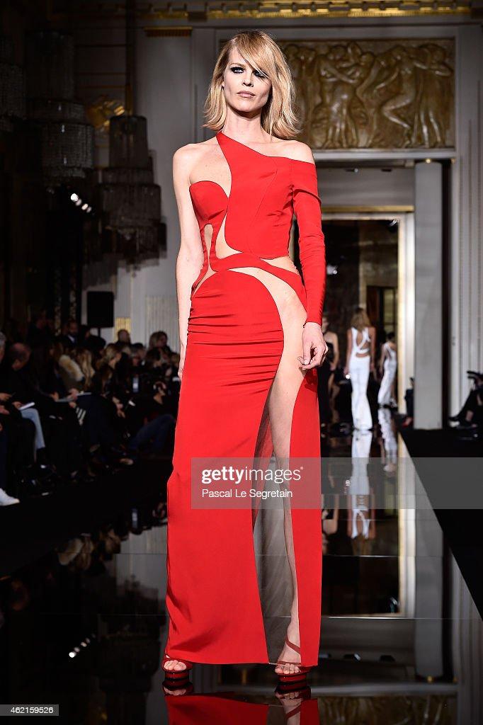 Versace : Runway - Paris Fashion Week - Haute Couture S/S 2015 : News Photo