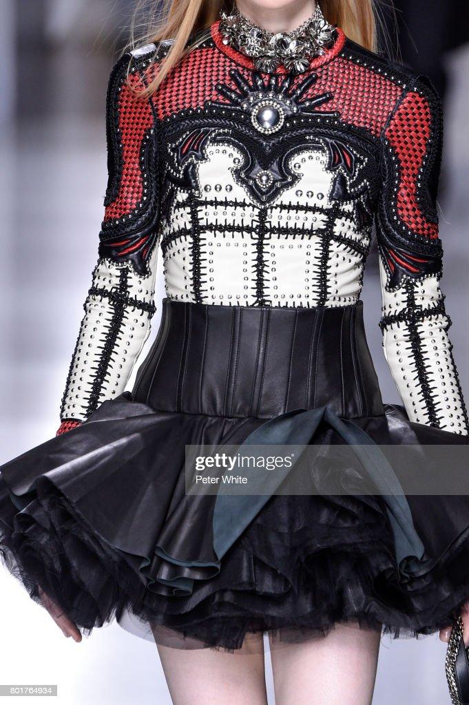 Balmain : Runway - Paris Fashion Week - Menswear Spring/Summer 2018 : News Photo