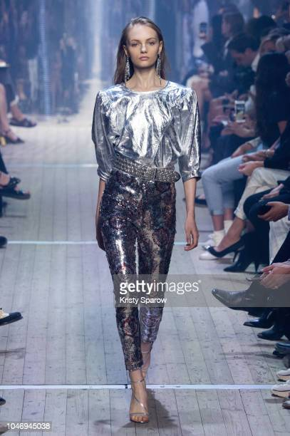 Model Fran Summers walks the runway during the Isabel Marant show as part of Paris Fashion Week Womenswear Spring/Summer 2019 on September 27 2018 in...