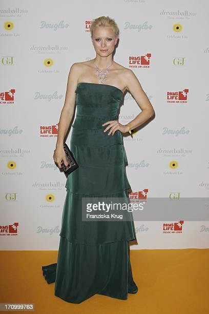 Model Franziska Knuppe In Einem Kleid Von Escada Beim Dkms Life Dreamball 2010 Im Hotel Grand Hyatt In Berlin